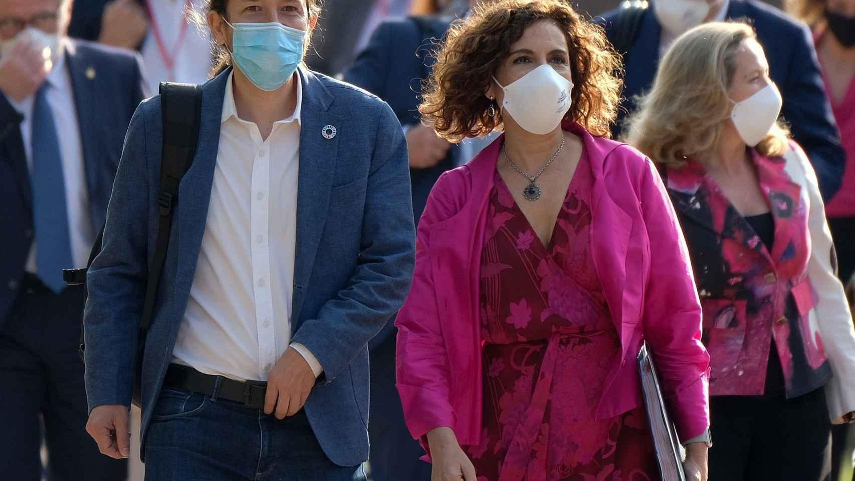 El vicepresidente segundo, Pablo Iglesias, y la ministra de Hacienda, María Jesús Montero, a su llegada a San Millán de la Cogolla.