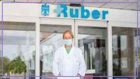 La doctora Mercedes Cuesta Nuín, en la entrada del Hospital Ruber Internacional.