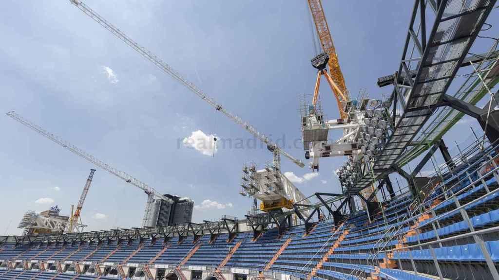 El izado de dovelas de la nueva cubierta del Santiago Bernabéu