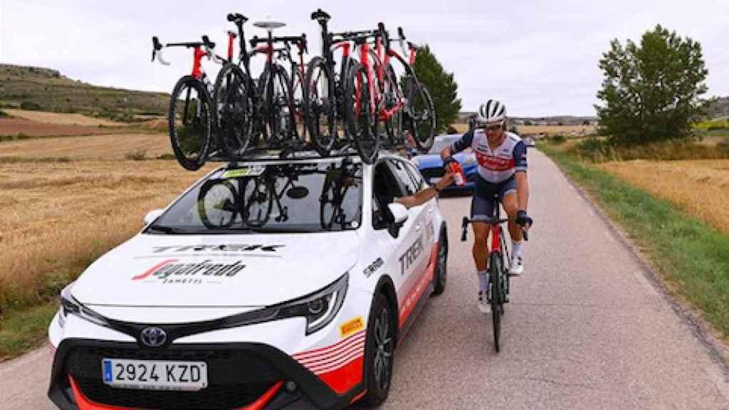 Coche del equipo Trek-Segafredo atendiendo al ciclista Edward Theuns