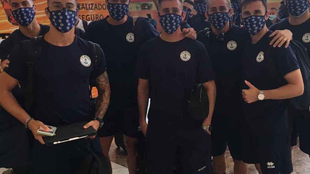 Los jugadores del CD Marino en el aeropuerto