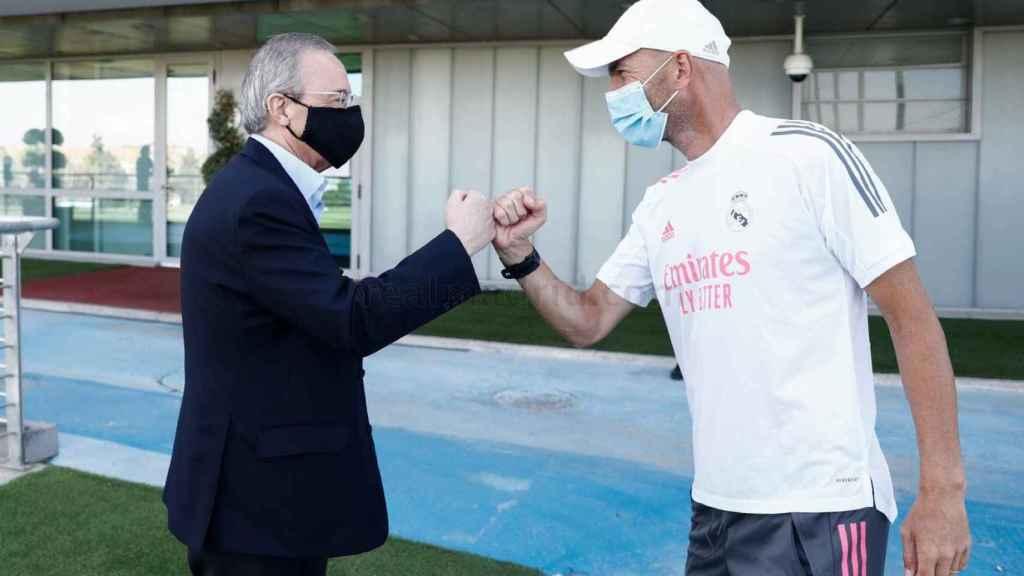 Florentino Pérez saludando a Zinedine Zidane