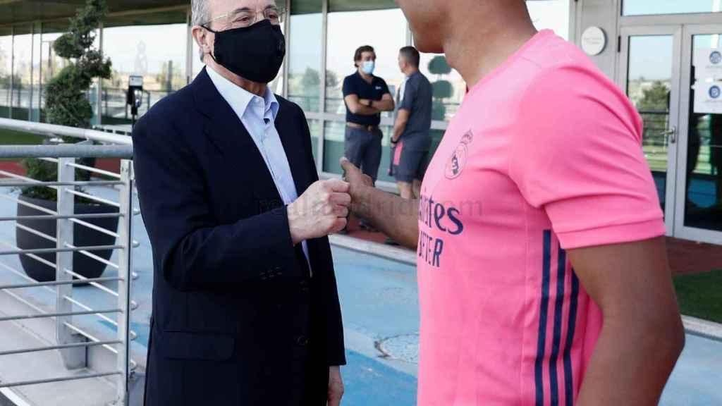 El saludo entre Florentino Pérez y Casemiro