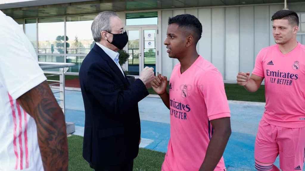El presidente el Real Madrid, Florentino Pérez, saludando a Rodrigo y Jovic