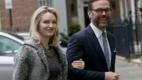 James Murdoch, hijo de Rupert Murdoch, junto a su esposa Kathryn Hufschmid, llegando a la boda de su padre.