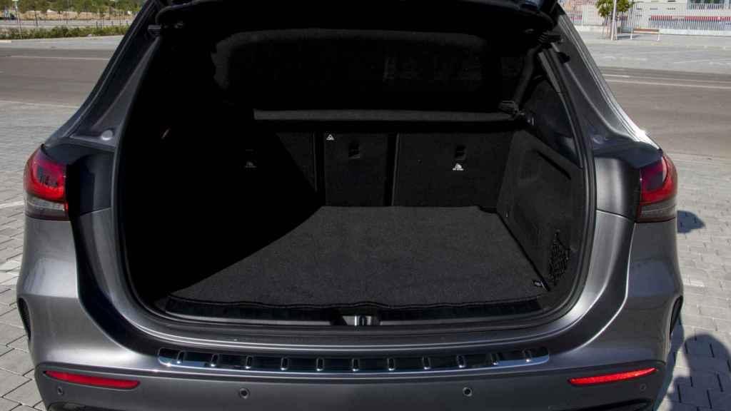El maletero ofrece algo más de capacidad, si bien se muestra algo pequeño.