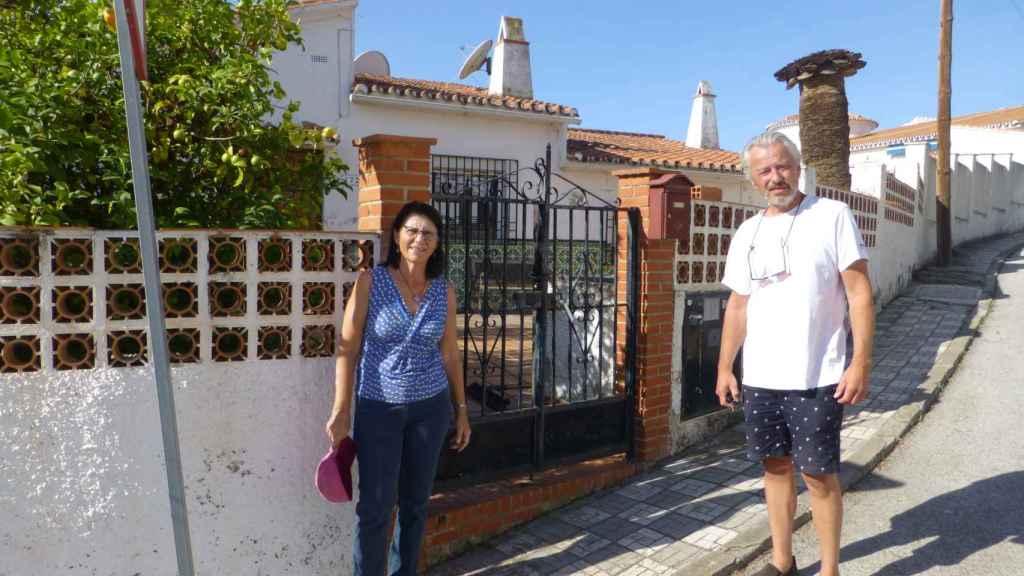 Lisbeth & Jørn delante de su casa okupada en Torre del Mar.