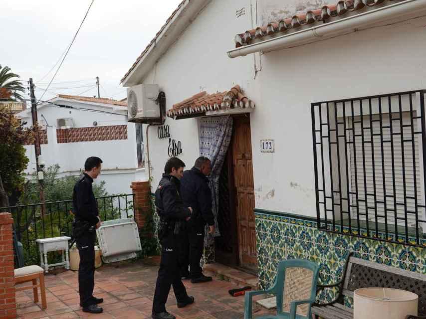 La policía yendo a la casa okupada.