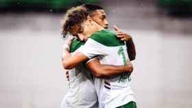Dos jugadores del Saint Etienne se abrazan durante un partido