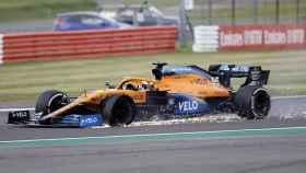 Carlos Sainz sufre un pinchazo en el GP de Gran Bretaña