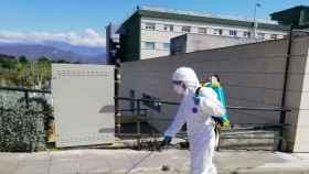 Un bombero desinfecta un edificio público.