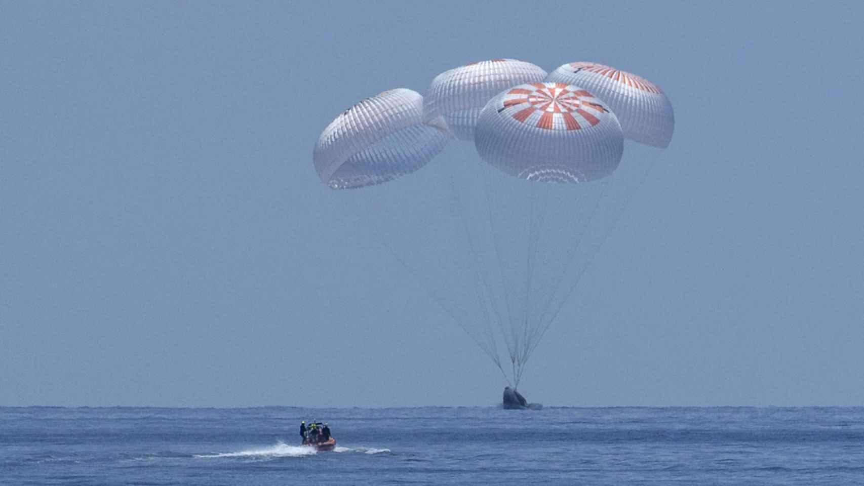 La Crew Dragon de SpaceX amerizando