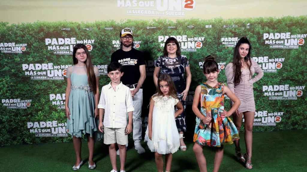 Santiago Segura, Loles León (arriba), Calma Segura, Carlos G.Morollón, Serena Segura, Luna Fulgencio y Martina D'Antiochia, durante la presentación de la película, 'Padre no hay más que uno 2'