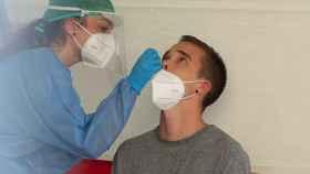 Un joven de Mendillorri se somete a un test PCR tras el brote.