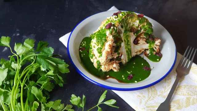 Coliflor asada con mojo, el truco para disfrutar de esta verdura sin olores