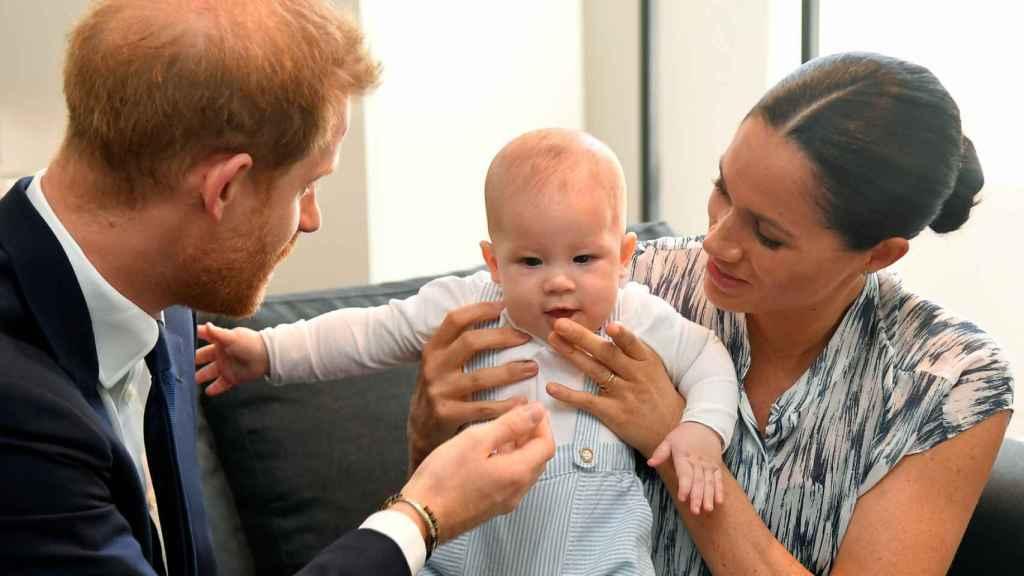 Meghan Markle y el príncipe Harry con Archie, en Sudáfrica.