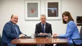 Andoni Ortuzar, Iñigo Urkullu y la socialista Idoia Mendia, en una reunión del anterior Ejecutivo.