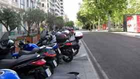 Varias motos aparcadas en la calle.