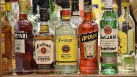 Mostrador de bebidas alcohólicas en un bar.