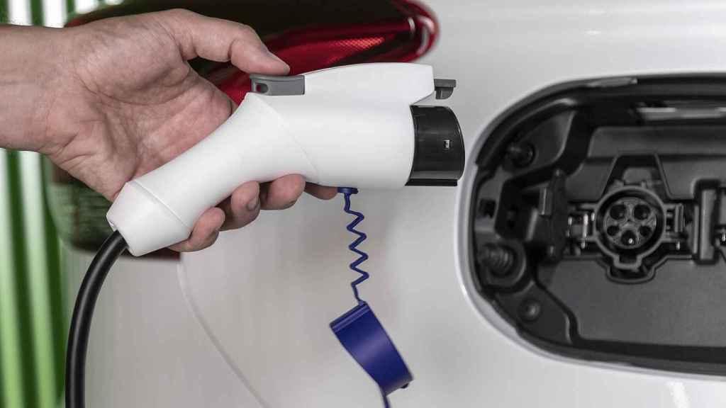 Imagen de la toma de electricidad de un híbrido enchufable.