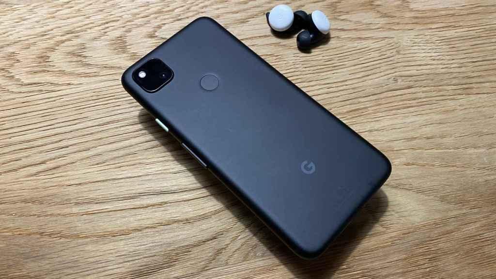 Google Pixel 4a junto a los Pixel Buds.