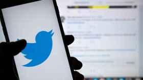 El logo de Twitter en un móvil.