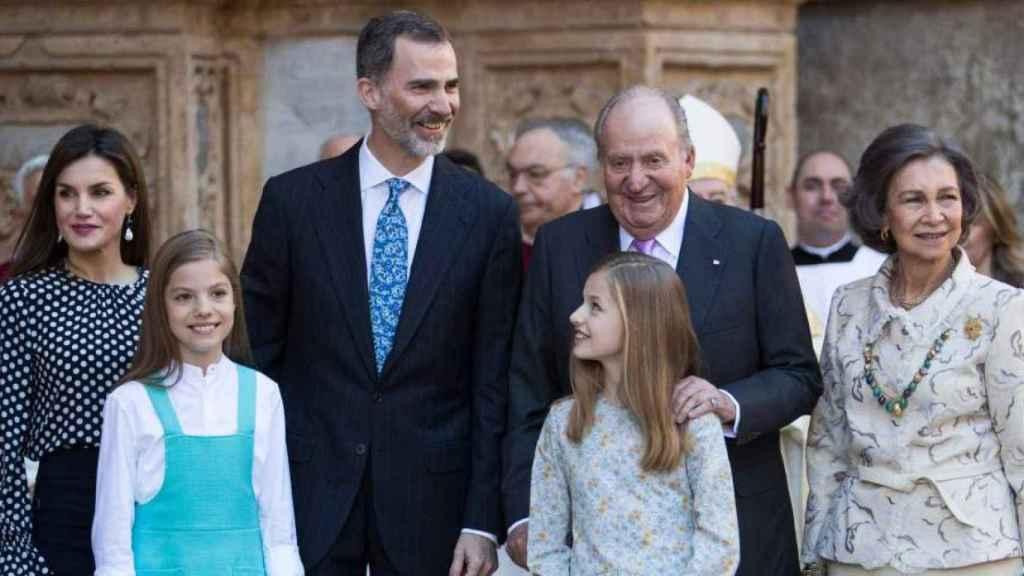 La Familia Real a las puertas de la catedral de Palma de Mallorca en abril de 2018.