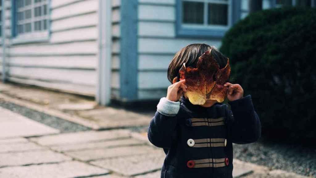 Menor se tapa la cara con una hoja.