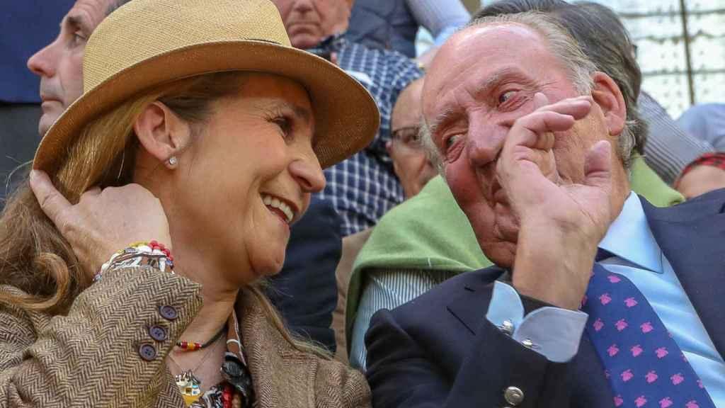 La Infanta Elena y Juan Carlos I, durante una feria taurina en Illescas.