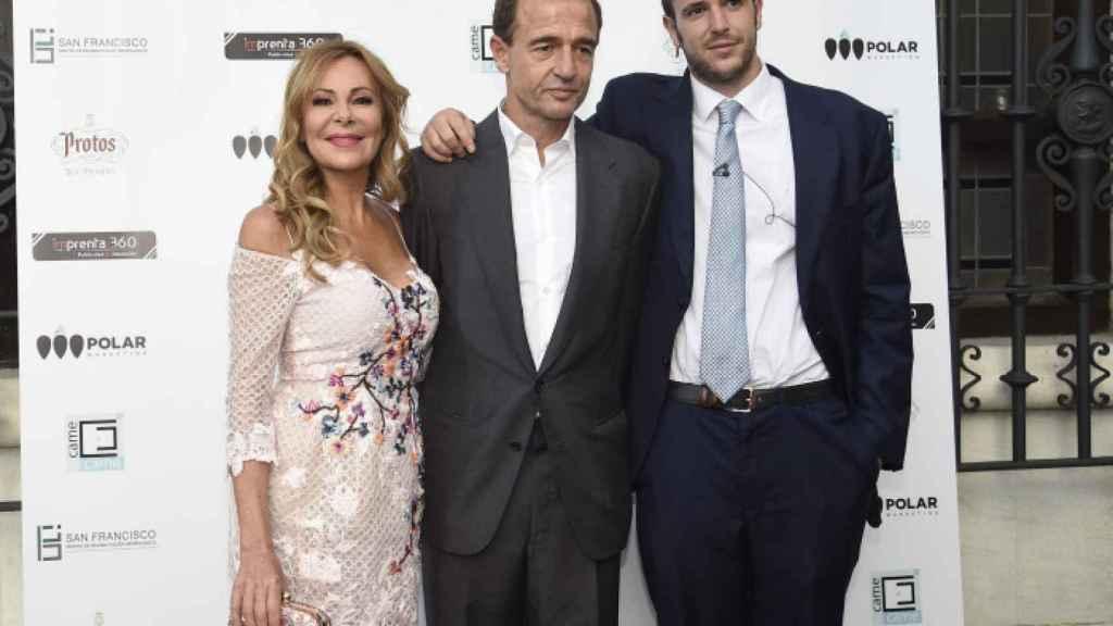Ana Obregón, Alessandro Lequio y Álex Lequio en un acto de la fundación Came Came.