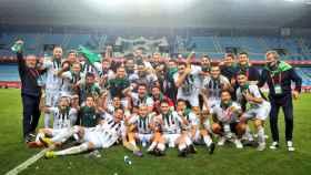 La plantilla del CD Castellón celebra su ascenso a Segunda División