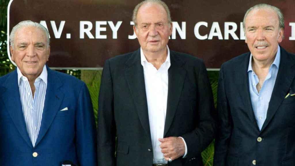 Juan Carlos, con dos de los hermanos Fanjul.