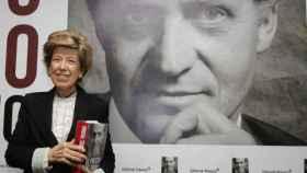 La periodista Pilar Urbano junto a su libro 'El precio del trono'