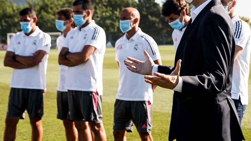 Manu Fernández da la bienvenida a los jugadores en la vuelta al trabajo del Castilla y del Juvenil A