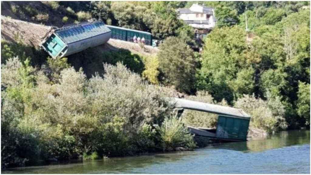 Los vagones de Adif descarrilados cayendo sobre el río Sil