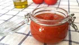 Un bote de tomate frito.