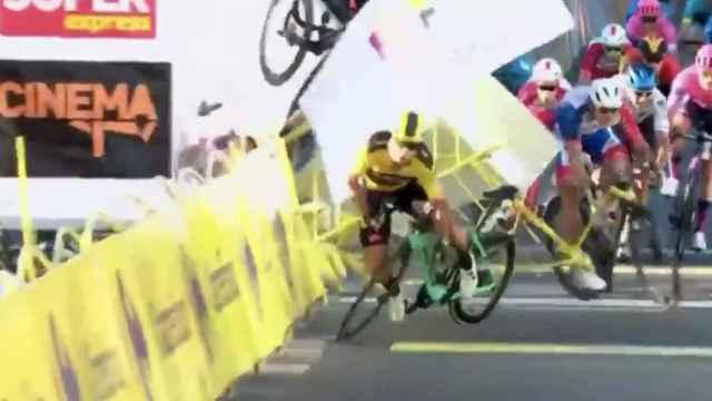 Dylan Groenewegen empuja a un rival en un sprint