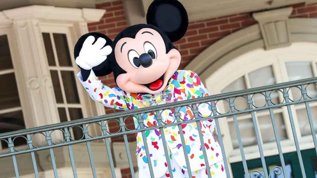 Un trabajador disfrazado de Mickey Mouse en Walt Disney World's Magic Kingdom, en Orlando, Florida.