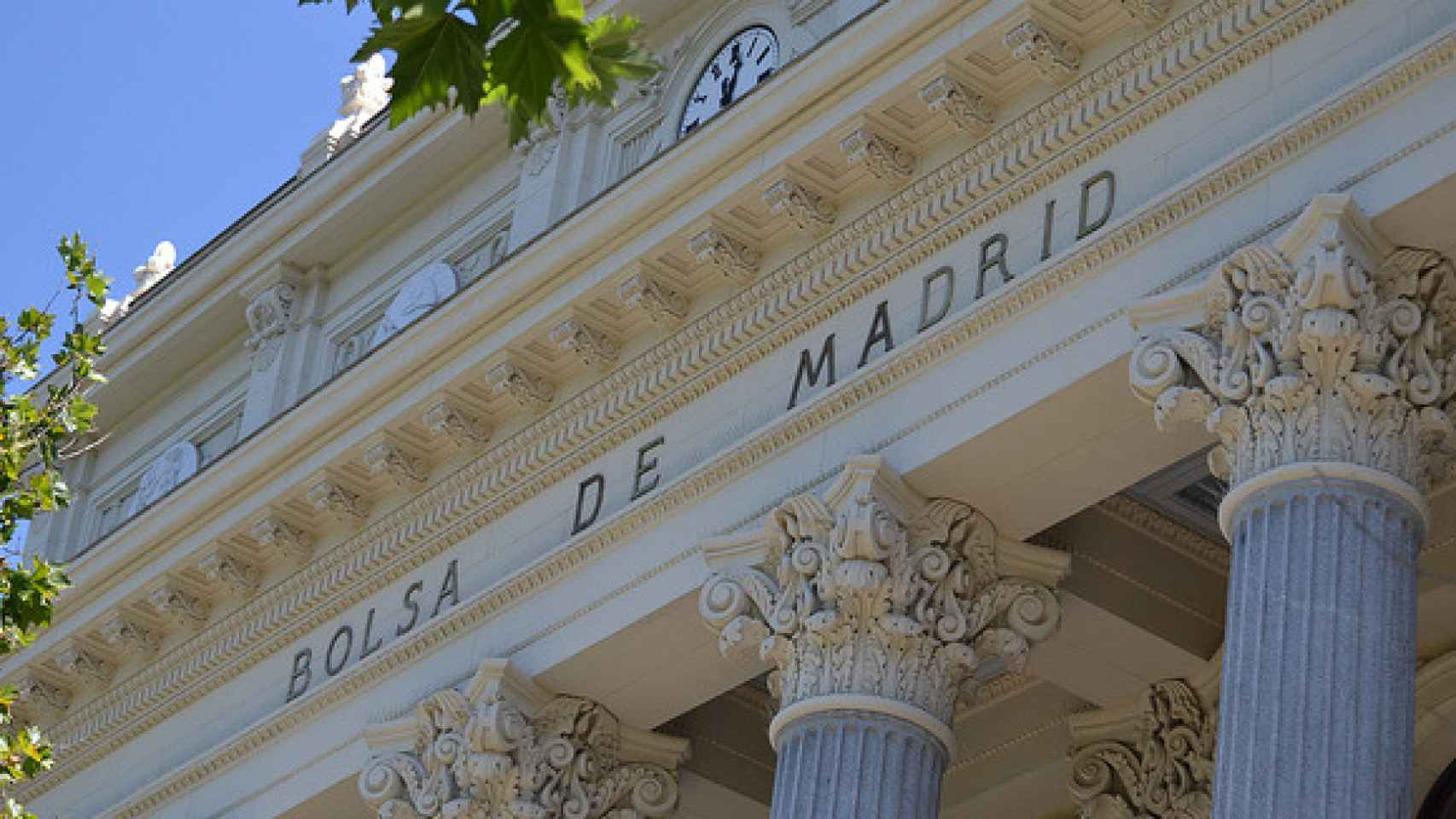 Detalle  en la fachada del Palacio de la Bolsa de Madrid.