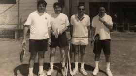 En la imagen, Juan Villalonga -entonces presidente de Telefónica-, Pedro J. Ramírez ,el ministro Arias Salgado y José María Aznar en un partido en el Club Abasota.