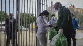 Entrega de alimentos a familias vulnerables.