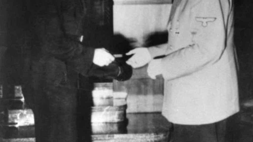 Adolf Hitler entregando a Wittmann las espadas para su Cruz de Caballero de la Cruz de Hierro.
