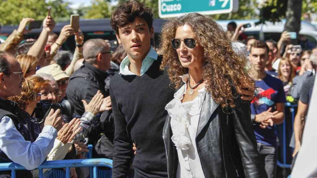 Hugo Nieto junto a su madre, Belinda Alonso.