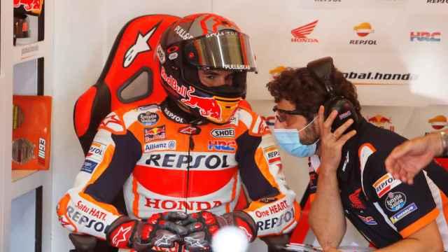 Marc Márquez junto a su equipo en el box de Repsol Honda
