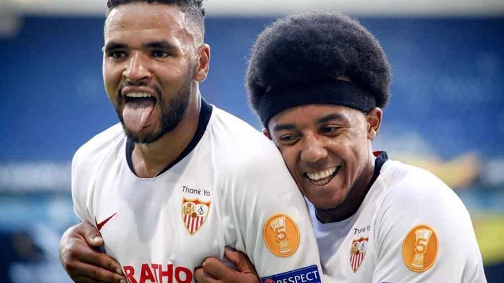 En-Nesyri celebra con Koundé su gol ante la Roma en la Europa League