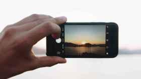 Haciendo una fotografía con el móvil.