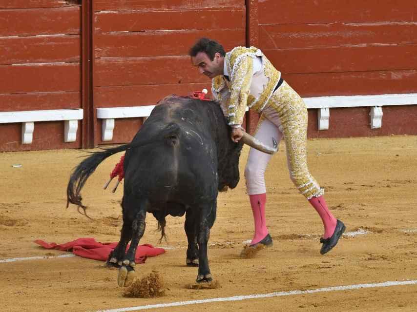Enrique Ponce sufre una cogida en El Puerto de Santa María.