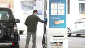 Un usuario repostando en una gasolinera.