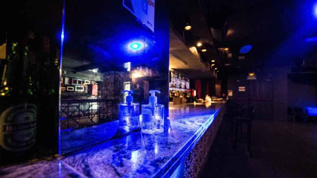 Gel desinfectante en la barra de una discoteca madrileña.