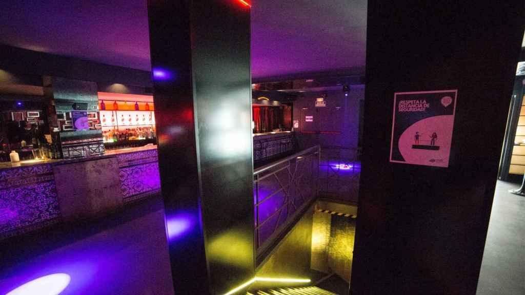 Carteles que recuerdan la necesidad de mantener la distancia de seguridad en una discoteca madrileña.